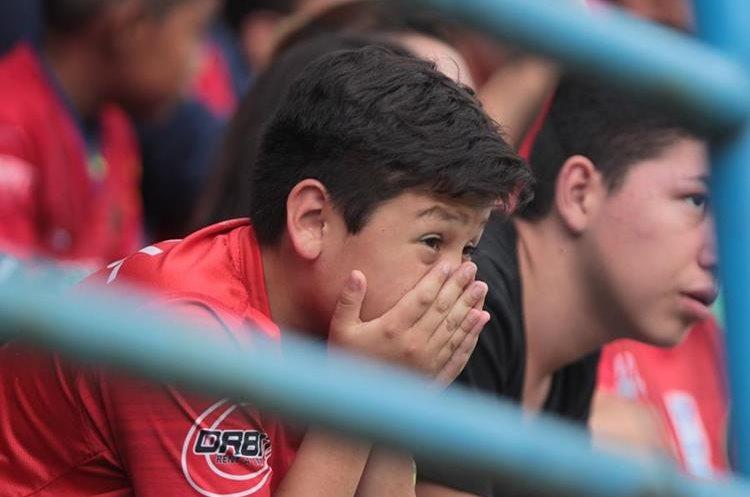 Un pequeño aficionado de Municipal muestra su tristeza durante el juego. (Foto Prensa Libre: Norvin Mendoza)