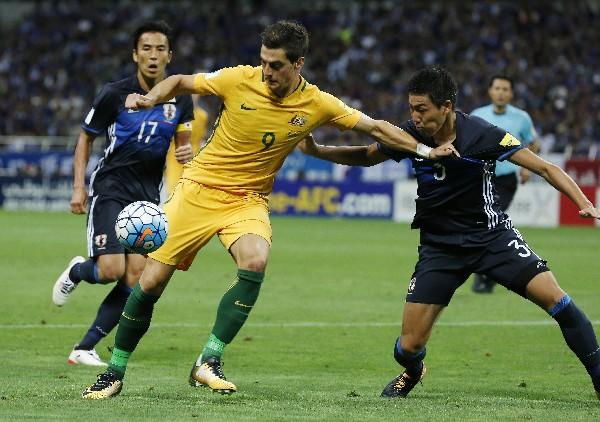Tomi Juric domina el balón ante la marca de Shoji Gen, en el partido entre Japón y Australia en la eliminatoria a Rusia 2018. (Foto Prensa Libre: AP)