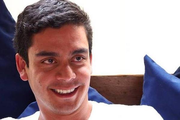 <p>El guatemalteco Jayro Bustamante promociona su filme Ixcanul. (Foto Prensa Libre: Tomada de Facebook)<br></p>