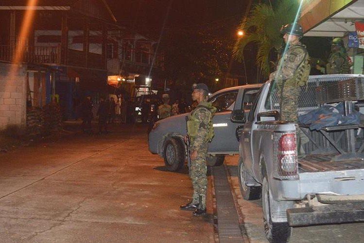 Fuerzas combinadas permanecen al resguardo de la cárcel de Puerto Barrios, Izabal. (Foto Prensa Libre: Dony Stewart)
