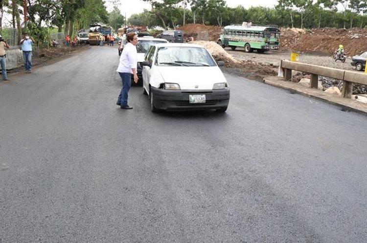 El paso sobre el puente será solo para vehículos livianos, indicaron autoridades.  (Foto Prensa Libre: Cristian I. Soto)