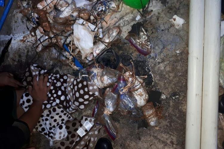 Autoridades localizaron varias granadas de fragmentación que serían utilizadas por los reos para causar daños en el Infiernito. (Foto Prensa Libre: PNC)