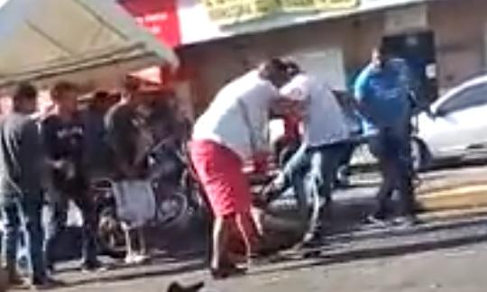 En uno de los videos publicados en las redes sociales se observa a varios hombres golpeando a otro que está tirado en el suelo. (Foto Prensa Libre: Cortesía)
