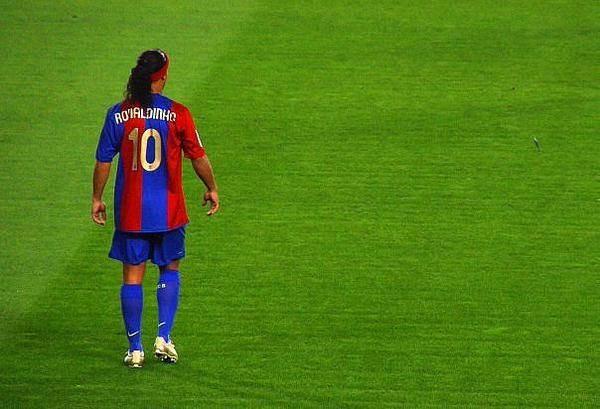 Ronaldinho, exjugador del Barcelona viajará a Pakistán para promocionar el futbol. (Foto Prensa Libre).