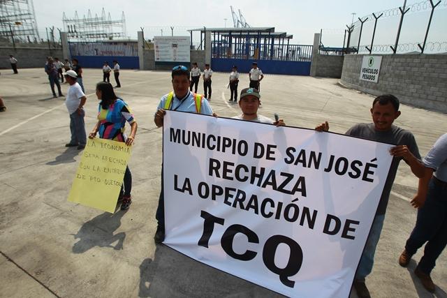 Trabajadores de la Empresa Portuaria Quetzal estuvieron en los alrededores de TCQ protestando. (Foto Prensa Libre: Álvaro Interiano)