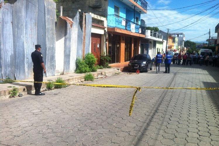 Autoridades resguardan el área donde murió baleado en el empresario, en Chiquimula. (Foto Prensa Libre)