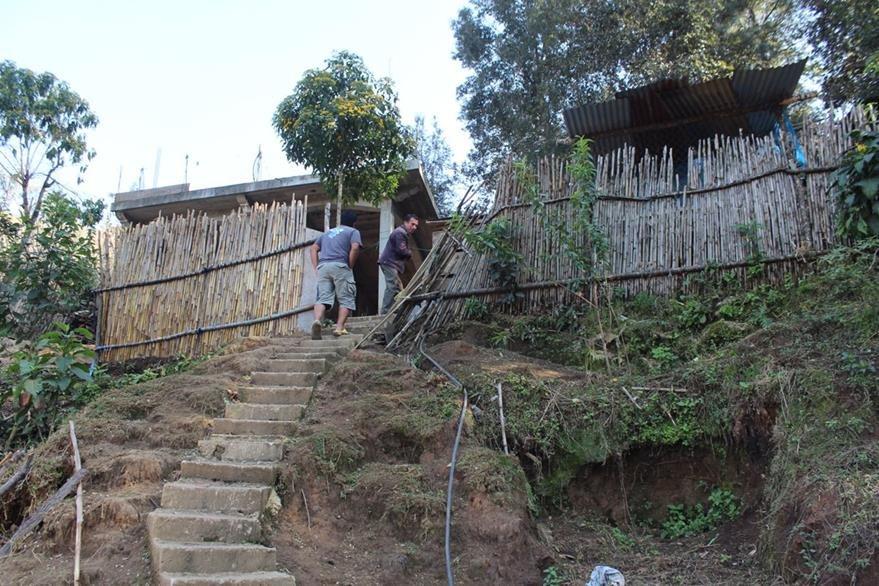 La vivienda de la familia Cúmez Algua carece de ventanas y puertas. (Foto Prensa Libre: Ángel Julajuj)
