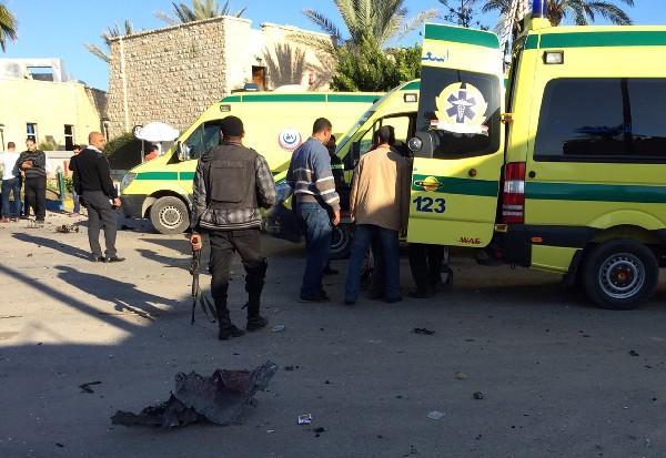 Personal médico y fuerzas de seguridad  fuera del hotel Swiss Inn tras un ataque.
