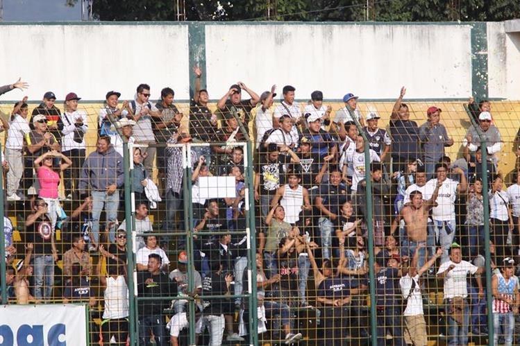 La afición de Comunicaciones llegó ayer al estadio de San Miguel Petapa para observr a su equipo que enfrentó al deportivo Petapa. (Foto Prensa Libre: Jesús Cuque)