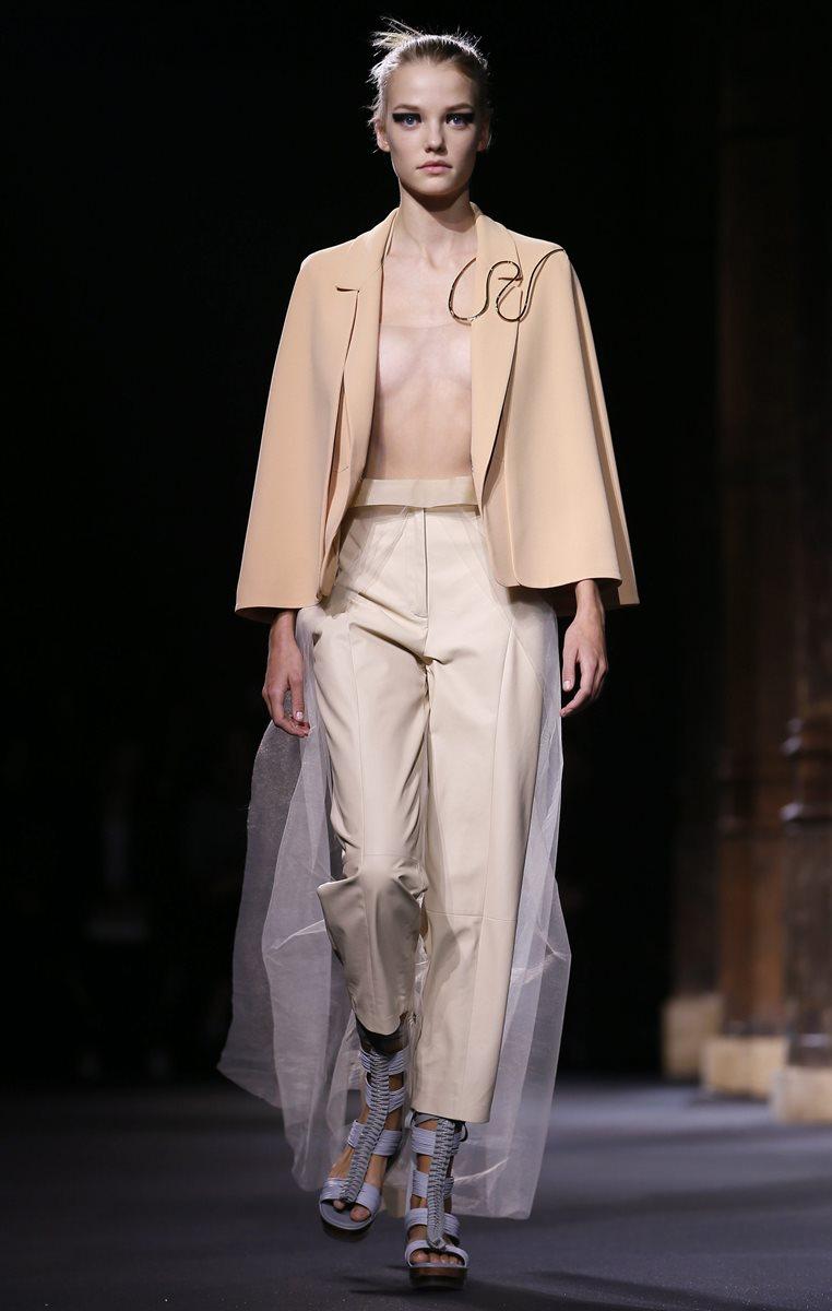 Una modelo luce prendas de la colección de la casa de moda Vionnet  durante la Semana de la Moda de París. (Foto Prensa Libre: EFE).