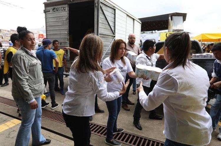 Patricia Marroquín se suma a las labores de voluntariado en un centro de acopio de la zona 13. (Foto Prensa Libre: Esbin García)