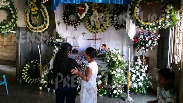 El féretro de Qaini Bonilla en El Tecomatillo, San Marcos. (Foto Prensa Libre: Alexander Coyoy)