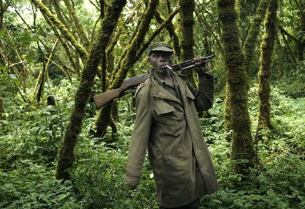 Un guardia del parque acompaña y vigila a visitantes del Parque Nacional de Virunga.(AP).