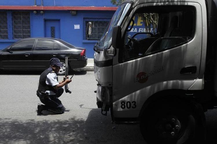 De este lugar se trasladó una persona herida y según hipótesis se trató de robar el vehículo.