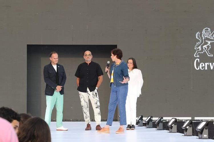 La familia Méndez abrió la pasarela invitando a todos los asistentes a comprometerse con el cuidado del ambiente y los recursos naturales del país. (Foto Prensa Libre: Anna Lucía Ibarra).