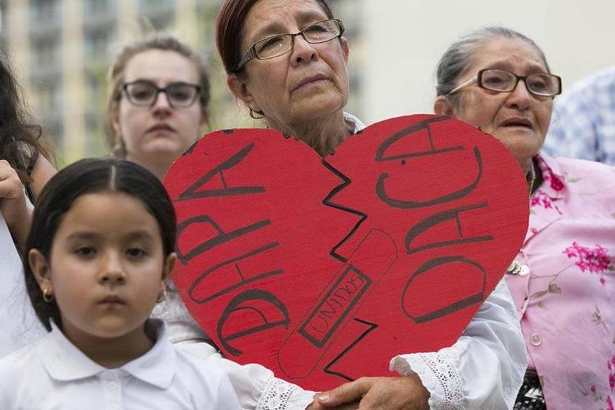 Angela Reyes manifiesta por la decisión judicial que asegura separará a las familias. (Foto Prensa Libre: AP).