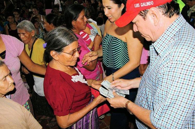 Las mujeres formaron una fila para que el alcalde de Retalhuleu, Luis Galindo, les entregara billetes de Q20. (Foto Prensa Libre: Rolando Miranda)