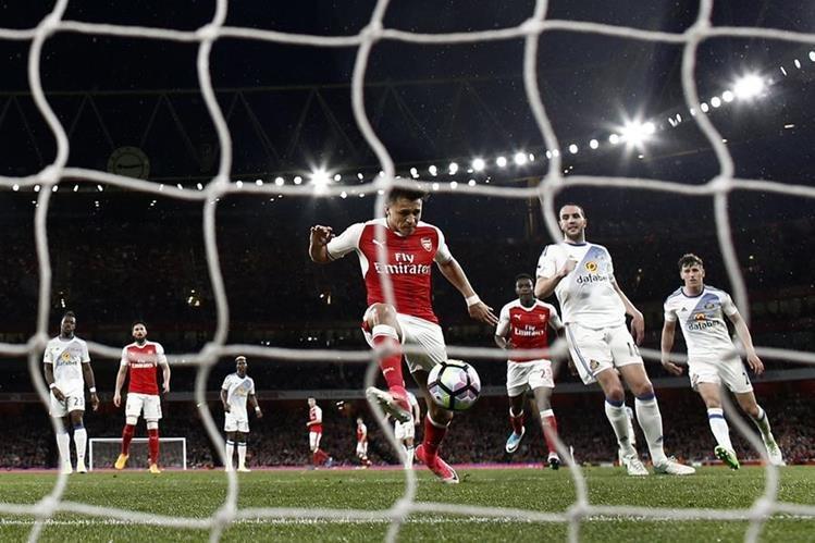 El delantero chileno Alexis Sánchez consigue el segundo gol del Arsenal. (Foto Prensa Libre: AFP)