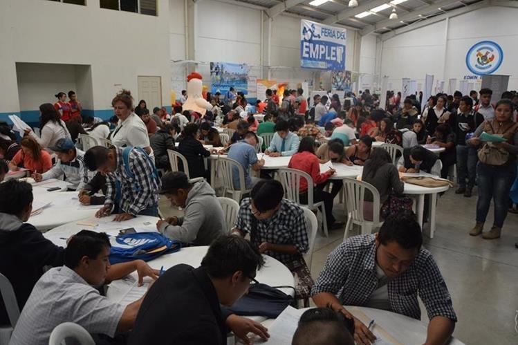 La cuarta Feria de Empleo se llevará a cabo hoy en el Centro de Comercio Municipal de Villa Nueva, de 9 a 15 horas. Unas mil 300 personas asistieron a la tercera feria, en mayo último. (Foto Prensa Libre: Cortesía Omdel)