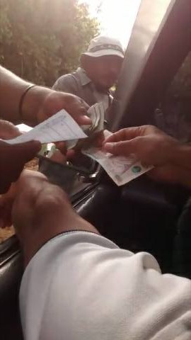 Automovilistas que transitan por la ruta al Polochic pagan Q25 por cada vez que pasan en el lugar. (Foto Prensa Libre: Eduardo Sam)