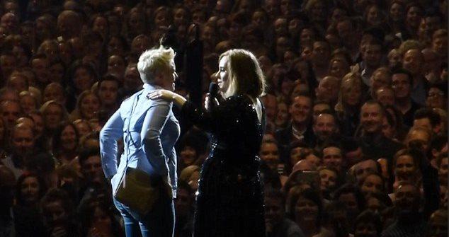 La cantante Adele ayuda a una mujer a pedirle matrimonio a su novio. (Foto Prensa Libre: YouTube)
