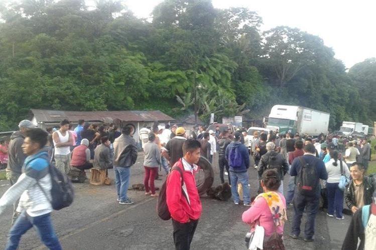 Residentes de La Dicha, El Palmar, Quetzaltenango, mantienen bloqueado el paso en el km 168 de la ruta Cito Zarco. (Foto Prensa Libre: Cortesía Conred)
