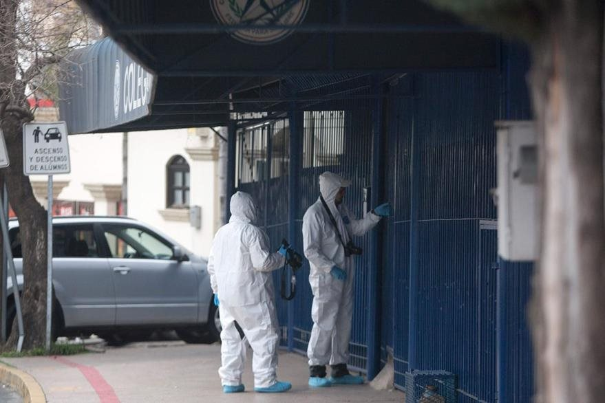 Personal forense ingresa al aula donde ocurrió el ataque aramdo. (Foto Prensa Libre: AFP)