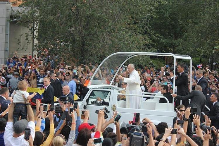 Miles de seguidores reciben al papa Francisco. (Foto Prensa Libre: EFE)