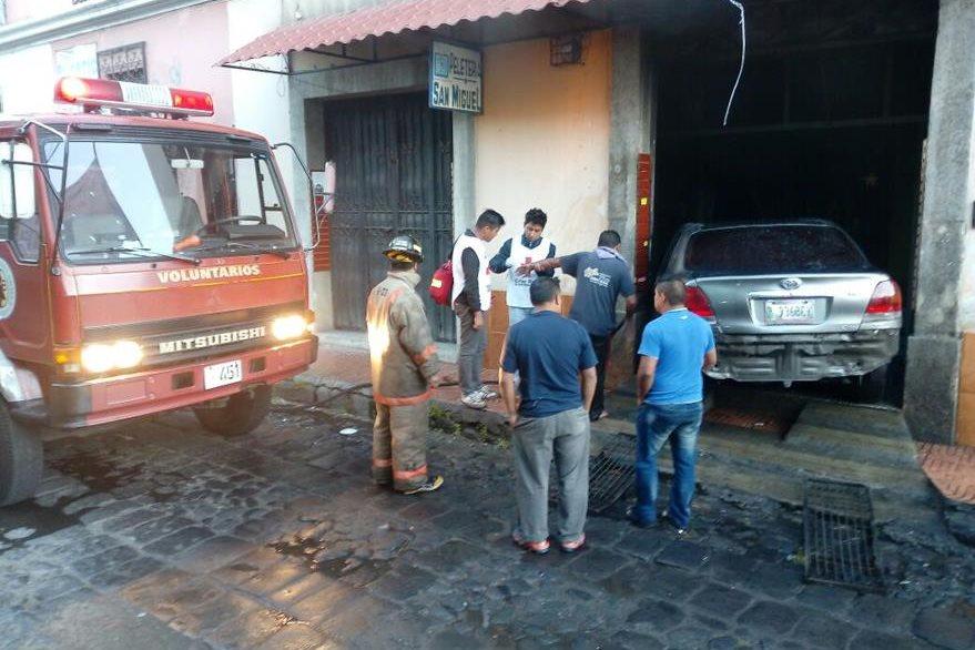 Incendio ocurrió en la peletería San Miguel, en la zona 1 de Xela. (Foto Prensa Libre: Bomberos Voluntarios)