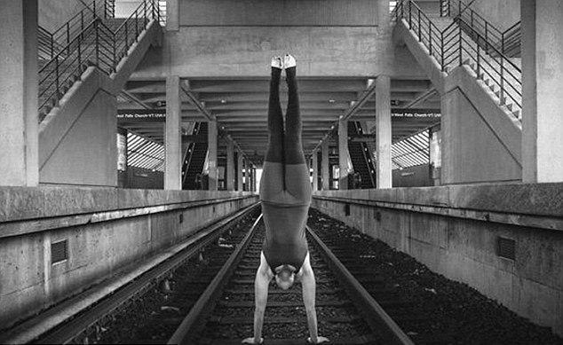 Mujer practica Yoga sobre las vías de un tren. (Foto Prensa Libre: Instagram)