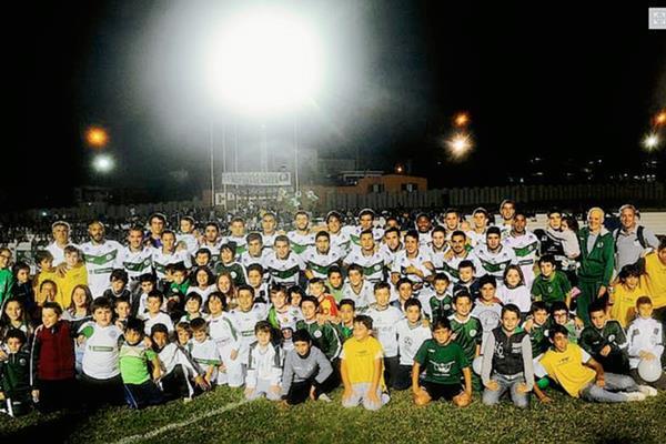 Jugadores y familiares festejaron anoche el ascenso del Plaza Colonia a la Primera División. (Foto Prensa Libre: Futbol.com.uy)