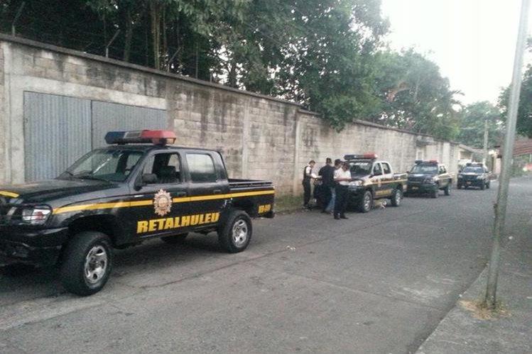 Agentes de la PNC resguardan inmuebles allanados en la cabecera de Retalhuleu. (Foto Prensa Libre: Rolando Miranda)