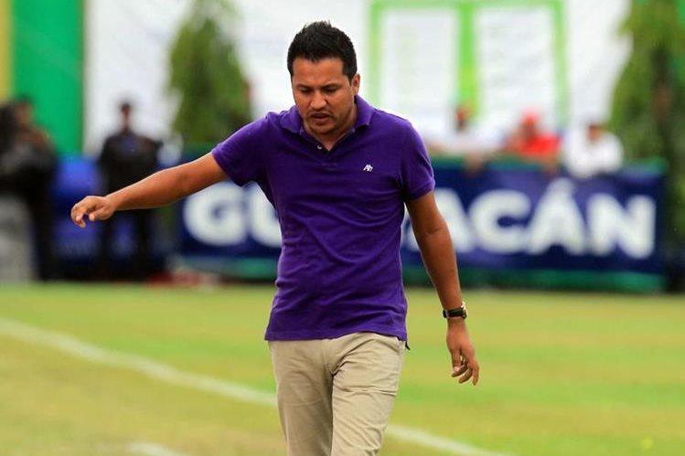 El técnico nacional Amarini Villatoro de Guastatoya, reacciona tras una jugada en el partido frente a Municipal. (Foto Prensa Libre: Edwin Fajardo)