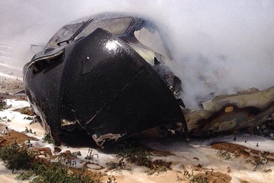 Así quedó la aeronave militar que se accidentó hoy en Sevilla, España. (Foto Prensa Libre: AFP).