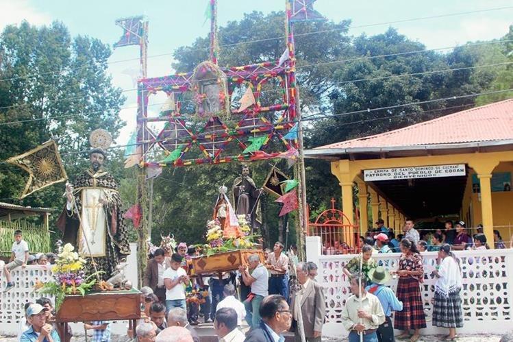 Imágenes religiosas efectúan su recorrido en una de las calles de Cobán, Alta Verapaz.  (Foto Prensa Libre: Ángel Tax)