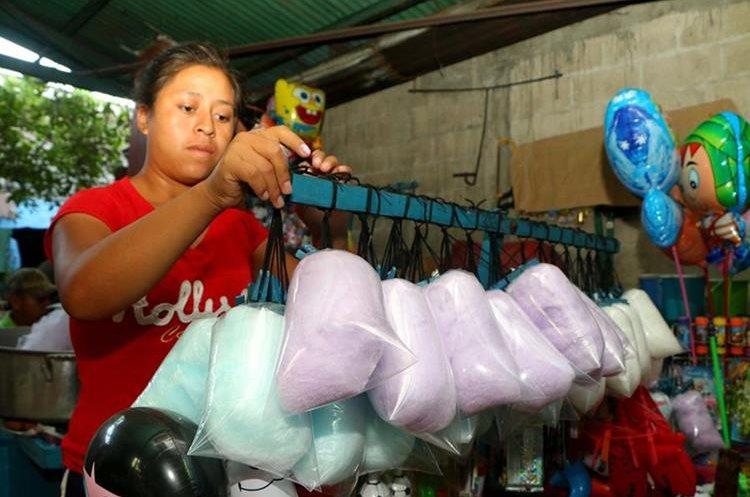 Ana Ramírez Ajché prepara las bolsas de algodón de azúcar para salir a vender a las calles de la cabecera de Retalhuleu. (Foto Prensa Libre: Rolando Miranda)