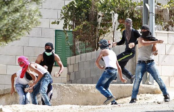 Jóvenes plestinos se enfrenta con la fuerzas de seguridad de Israel.