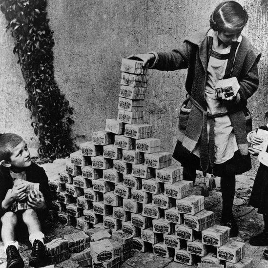 Niños alemanes utilizando billetes de marco para construir una torre en 1923. GETTY IMAGES