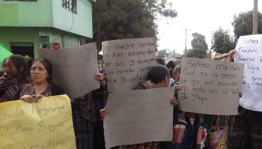 Un grupo de mujeres impide el ingreso de vehículos a Panajachel, Sololá. (Foto Prensa Libre: Ángel Julajuj).