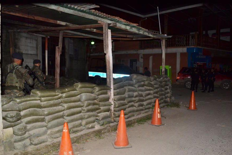 Soldados custodian la cárcel. (Foto Prensa Libre: Dony Stewart)
