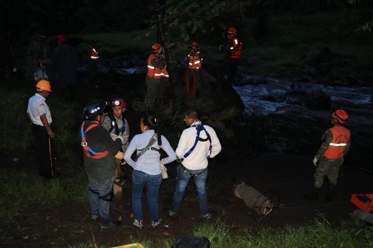 Las tareas de rescate se dificultaros debido a la oscuridad. (Foto Prensa Libre: Carlos Paredes)