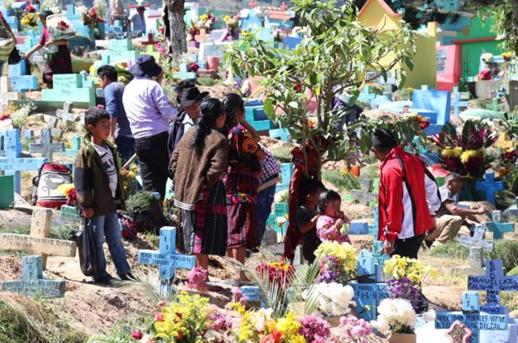 Colorido cementerio de Chichicastenango, Quiché