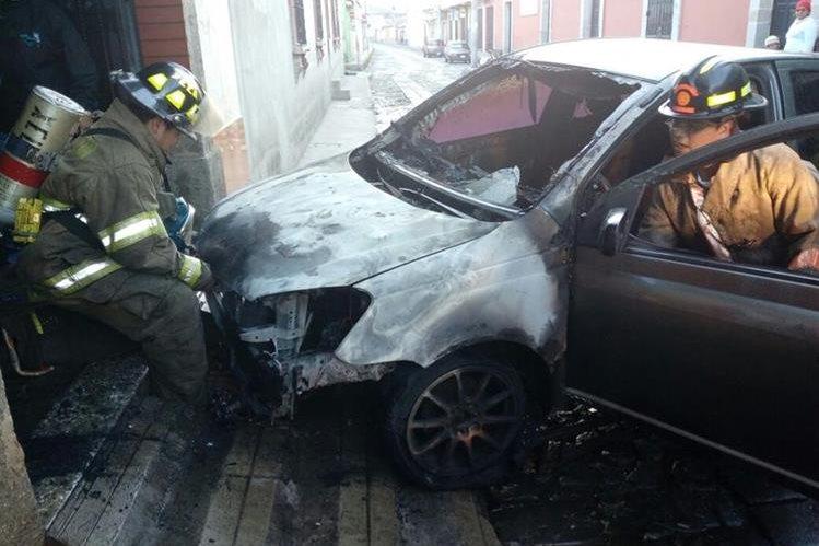 Vehículo queda destruido por incendio ocurrido en la zona 1 de Xela. (Foto Prensa Libre. Bomberos Voluntarios)