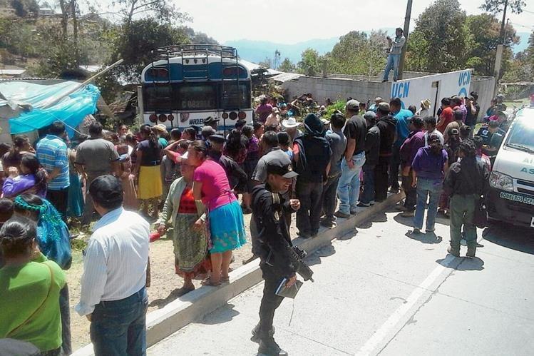 El autobús de la empresa Marquensita se empotró en una vivienda en Tecpán Guatemala. Chimaltenango. (Foto Prensa Libre: José Rosales)