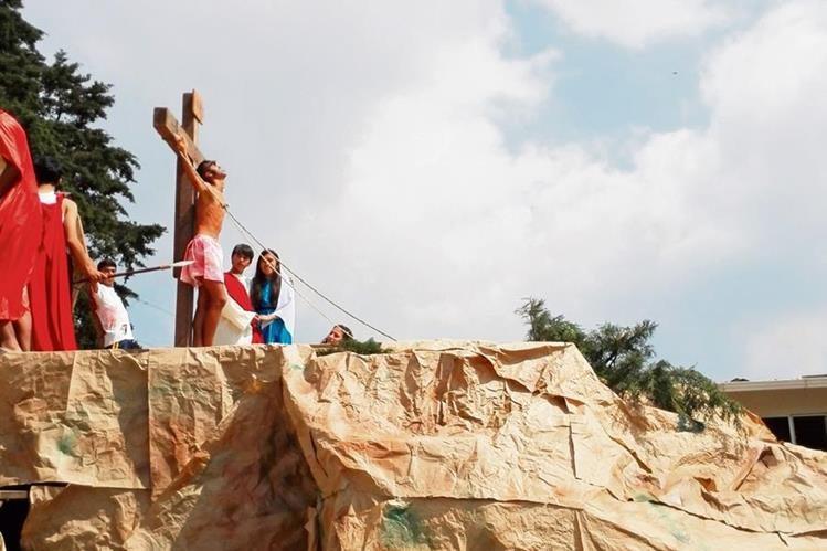 EN EL patio del colegio Castillo Córdova se construyó un monte Gólgota para representar la crucifixión.