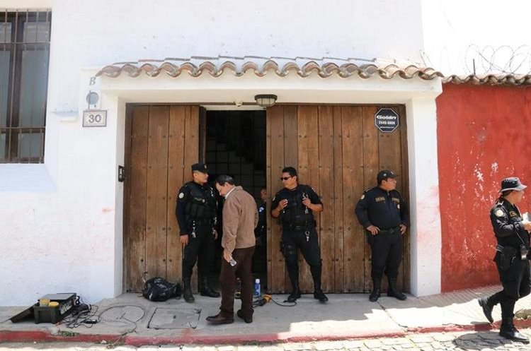 Fiscales del MP y la PNC resguardan el ingreso al inmueble. (Foto Prensa Libre: Julio Sicán)