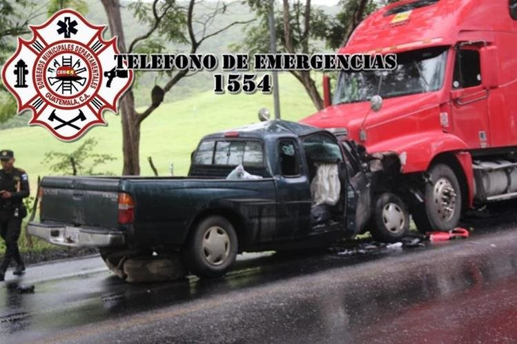 Ambos vehículos colisionaron de frente en la carretera del nororiente. (Foto Prensa Libre: Bomberos Municipales Departamentales)