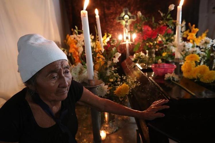 Brígida permanece junto al ataúd que contiene los restos de su esposo Concepción Hernández. (Foto Prensa Libre: Estuardo Paredes).
