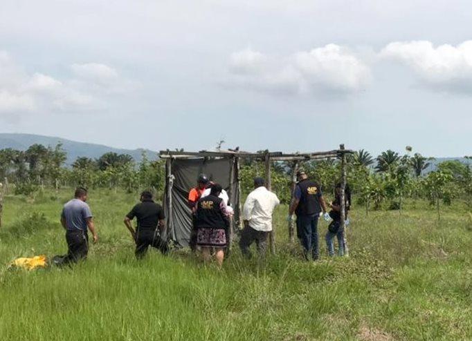 El cadáver desmembrado del anciano se localizó en el caserío La Pinera, en Santa Bárbara, Morales, Izabal. (Foto Prensa Libre: Dony Stewart)