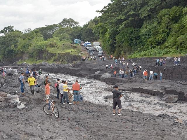 Vecinos de Escuintla se ven afectados por la gran cantidad de material  que lanza el Volcán de Fuego. (Foto Prensa Libre: Carlos E. Paredes)